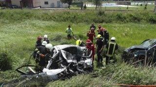 Sárközújlak, 2017. július 4. A Szatmár megyei katasztrófavédelmi felügyelõség (ISU Satu Mare) által közreadott képen tûzoltók dolgoznak két összeroncsolódott személyautó mellett a romániai Sárközújlaknál 2017. július 3-án. A magyar rendszámú gépkocsi frontálisan ütközött a román rendszámú terepjáróval, az autó 34 éves vezetõje, egy Sárközújlakról származó, Magyarországon élõ nõ, illetve az õ 43 éves nõvére, valamint utóbbinak a 18 éves fia a helyszínen életét vesztette. A gépkocsivezetõ 5 éves kisfiának a baleset után még volt pulzusa, de nem sokkal késõbb belehalt sérüléseibe, a helyszínre érkezett rohammentõsök nem tudták újraéleszteni. A terepjáró 21 éves sofõrjét súlyos sérülésekkel szállították kórházba. MTI Fotó: ISU Satu Mare