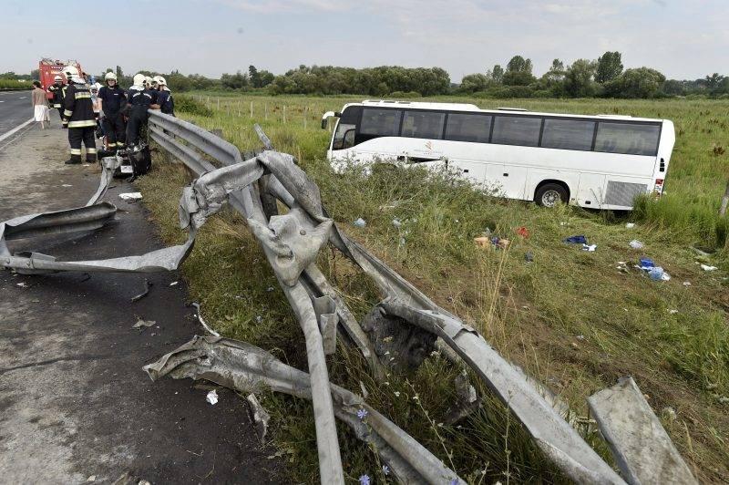 Bag, 2017. július 10. Az úttestrõl lesodródott, összetört autóbusz az M3-as autópálya fõváros felé vezetõ oldalán, a 41-es kilométernél, Bag közelében 2017. július 10-én. A balesetben 22-en sérültek meg, egyikük életveszélyesen, négyen-öten pedig súlyosan. MTI Fotó: Máthé Zoltán