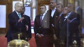 Budapest, 2017. július 24. Orbán Viktor miniszterelnök (b) megmutatja a Szent Koronát és a koronázási jelvényeket Julio Cesar Maglionénak, a Nemzetközi Úszó Szövetség (FINA) elnökének (j) és a szervezet vezetõinek az Országház kupolacsarnokában 2017. július 24-én. A FINA vezetõje a FINA legrangosabb kitüntetését adta át Orbán Viktornak. Jobbról Dennis Miller (j2) és Gyárfás Tamás (k) alelnökök, Huszain al-Muszalam (b2) elsõ alelnök, valamint Paolo Barelli tiszteletbeli titkár (j3).    MTI Fotó: Máthé Zoltán