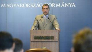 Budapest, 2017. július 6. Lázár János, a Miniszterelnökséget vezetõ miniszter szokásos heti sajtótájékoztatóját tartja az Országházban 2017. július 6-án. MTI Fotó: Soós Lajos