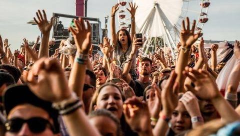 Zamárdi, 2016. július 8. Közönség Martin Solveig francia dj koncertjén a Balaton Sound fesztiválon Zamárdiban 2016. július 8-án. MTI Fotó: Balogh Zoltán