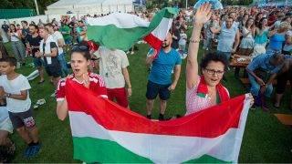 Budapest, 2017. július 17.Szurkolók a férfi vízilabdatorna B csoportjában játszott Magyarország - Ausztrália mérkőzés közben a Margitszigeti Atlétikai Centrumban kialakított szurkolói zónában 2017. július 17-én.MTI Fotó: Balogh Zoltán