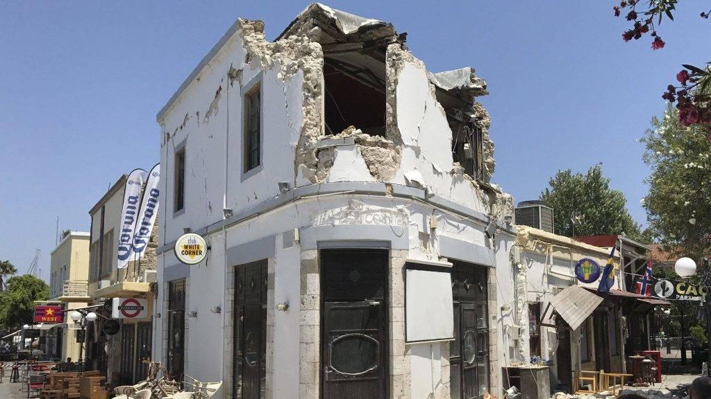 Kosz szigete, 2017. július 21. Megrongálódott épület a görögországi Kosz szigetén 2017. július 21-én, miután a Richter-skála szerinti 6,7-es erõsségû földrengés rázta meg Törökország égei-tengeri partvidékét és a közeli görög szigeteket. A természeti katasztrófa következtében egy török és egy svéd turista életét vesztette, sokan megsérültek. (MTI/AP/Michael Probst)