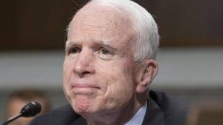 Washington, 2017. július 20. 2017. július 11-én készült kép John McCain arizonai republikánus szenátorról a szenátus fegyveres erõket felügyelõ bizottsága elõtti meghallgatásán Washingtonban. A 80 éves politikusnál a rosszindulatú agydaganatok egyik agresszív formáját diagnosztizálták 2017. július 19-én. (MTI/EPA/Michael Reynolds)        EPA/MICHAEL REYNOLDS