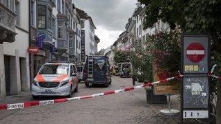 Schaffhausen, 2017. július 24. Mentõk a német határ közelében fekvõ Schaffhausenben elkövetett láncfûrészes támadás helyszínén 2017. július 24-én. A rendõrség tájékoztatása szerint a támadásban öten sérültek meg, közülük ketten súlyosan, az elkövetõt még keresik. (MTI/EPA/Ennio Leanza)