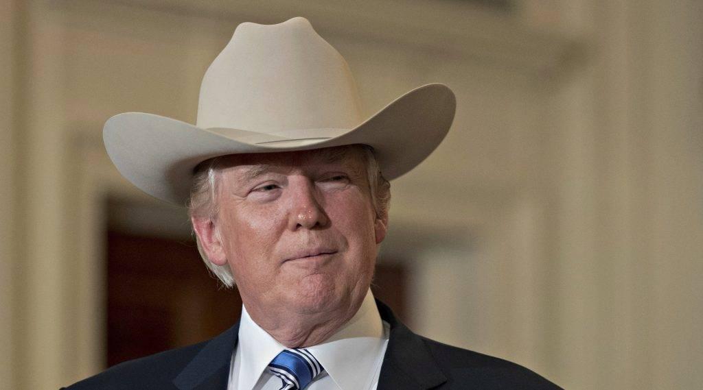 Washington, 2017. július 18. Donald Trump amerikai elnök cowboykalapot visel az amerikai termékek hete, a Made in America rendezvény megnyitóján a washingtoni Fehér Ház Keleti termében 2017. július 17-én.(MTI/EPA/Michael Reynolds)