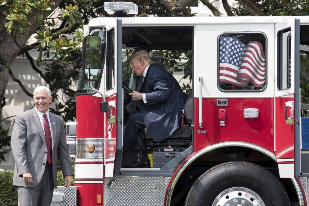 Washington, 2017. július 18. Donald Trump amerikai elnök egy tûzoltóautó vezetõülésében az amerikai termékek hete, a Made in America rendezvény megnyitóján a washingtoni Fehér Ház udvarán 2017. július 17-én.(MTI/EPA/Michael Reynolds)