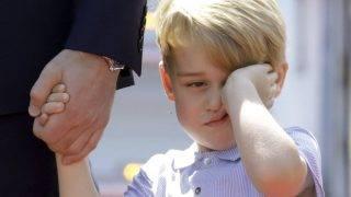 Berlin, 2017. július 19. György herceg, Vilmos cambridge-i hercegnek, a brit trónörökös elsõszülött fiának és feleségének, Katalin hercegnõnek a kisfia a berlini repülõtéren tartott fogadási ünnepségen 2017. július 19-én. (MTI/AP/Kay Nietfeld)