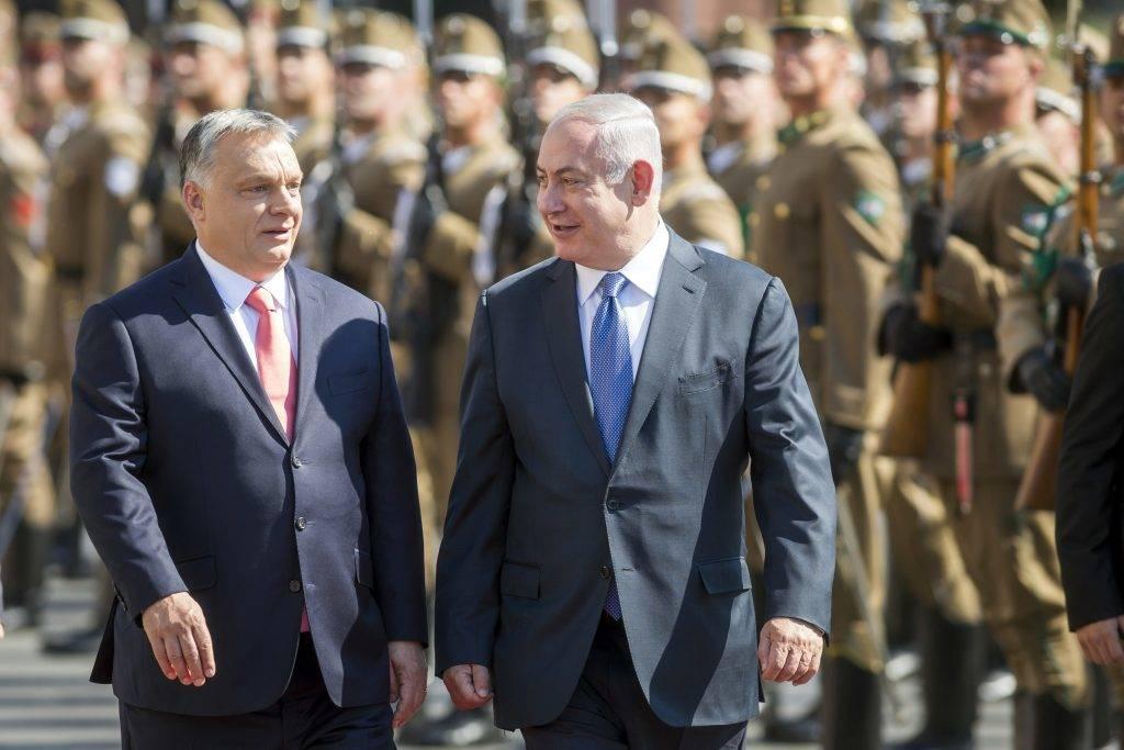 Budapest, 2017. július 18. Orbán Viktor miniszterelnök (b) katonai tiszteletadással fogadja Benjámin Netanjahu izraeli kormányfõt Budapesten, a Parlament elõtti Kossuth téren 2017. július 18-án. MTI Fotó: Mohai Balázs