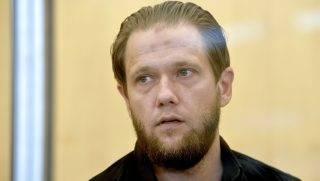 Düsseldorf, 2017. július 26. Sven Lau német szélsõséges iszlamista biztonsági üvegfal mögött, a düsseldorfi tartományi bíróságon 2017. július 26-án. Laut öt és fél év börtönre ítélték, amiért egy szíriai dzsihadista csoport németországi kapcsolattartója volt és segített a szervezet oldalán Szíriában harcolni kívánó szélsõségeseknek (MTI/EPA/Sascha Steinbach)