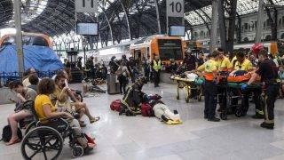 Barcelona, 2017. július 28. Mentõk és tûzoltók azon a barcelonai pályaudvaron, ahol vasúti ütközõbaknak hajtott egy elõvárosi személyvonat 2017. július 28-án. A balesetben mintegy 50 ember megsérült, köztük öten súlyosan. (MTI/EPA/Quique Garcia)
