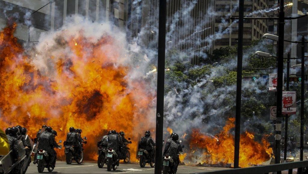 Caracas, 2017. július 30. Nemzeti gárdisták és tüntetõk összecsapása Caracasban 2017. július 30-án, a venezuelai alkotmányozó nemzetgyûlési választások napján. A fõvároson kívül Lara, Mérida és Táchira szövetségi államokban is erõszakos összetûzések kísérik a voksolást. (MTI/EPA/Miguel Gutierrez)