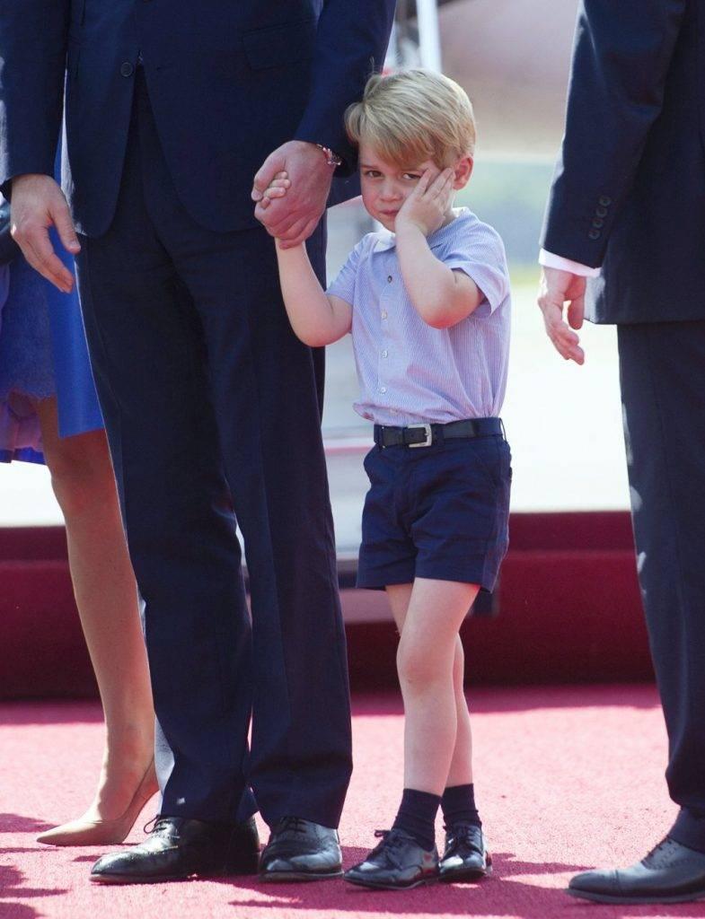 Berlin, 2017. július 19. György herceg, Vilmos cambridge-i hercegnek, a brit trónörökös elsõszülött fiának és feleségének, Katalin hercegnõnek a kisfia a berlini repülõtéren tartott fogadási ünnepségen 2017. július 19-én. (MTI/AP pool/Steffi Loos)
