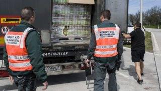 Lajosmizse, 2015. április 21. A Nemzeti Adó- és Vámhivatal Dél-alföldi Regionális Vám- és Pénzügyõri Fõigazgatósága munkatársai az ekáer-ellenõrzés (elektronikus közúti áruforgalom ellenõrzõ rendszer) részeként egy csalás szempontjából nagykockázatúnak számító étolajszállítmányt ellenõriznek az M5-ös autópálya lajosmizsei tengelysúlymérõ állomásán 2015. április 21-én. A március óta élesben mûködõ ekáer az útdíjas hálózatra alapozva nyomon követi a jármûvek mozgását, ezzel megoldja azt a korábbi problémát, hogy a jogsértések kapcsán az árumozgást nehezen lehetett azonosítani. MTI Fotó: Ujvári Sándor