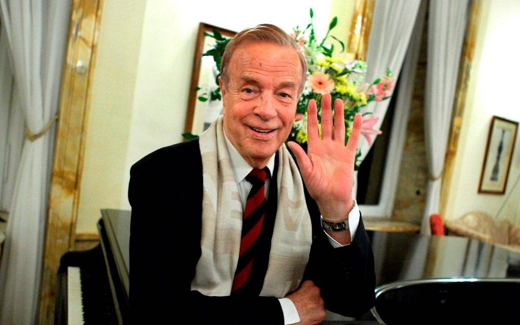 Italy's film director Franco Zeffirelli waves before of ceremony at the British Embassy in Rome November 24, 2004. Zeffirelli, the legendary filmmaker who has directed greats like Elizabeth Taylor and Placido Domingo, is the first Italian to receive an honorary knighthood from Britain. REUTERS/Tony Gentile  TG/acm