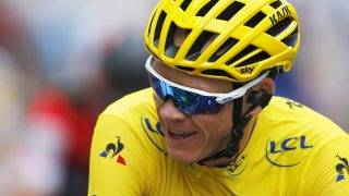 Párizs, 2017. július 23.Az összetettben vezető sportoló sárga mezét viselő brit Chris Froome, a Sky csapat versenyzője áthalad a célvonalon a 104. Tour de France profi országúti kerékpáros körverseny 21., a Montgeron és Párizs közötti 103 kilométeres befejező szakaszán 2017. július 23-án. (MTI/AP/Laurent Rebours)
