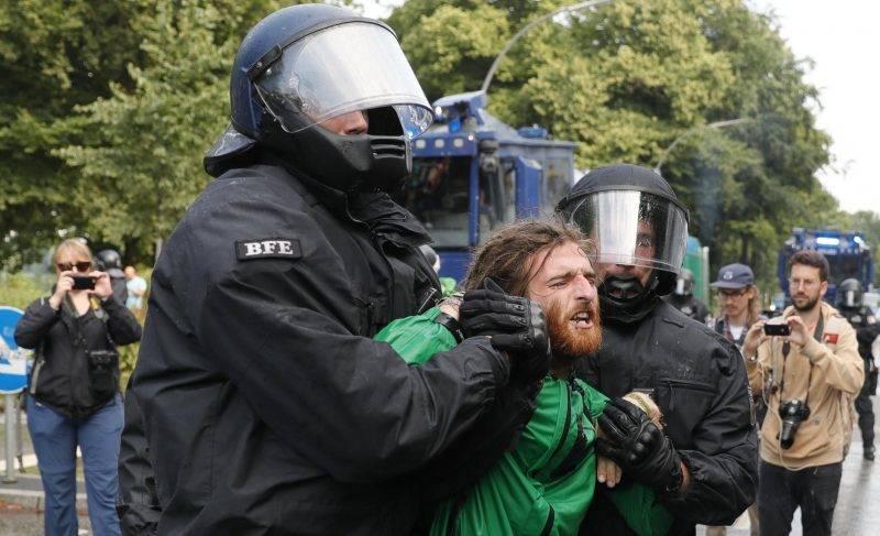 Hamburg, 2017. július 7. Rohamrendõrök õrizetbe vesznek egy tüntetõt, aki a világ 19 legfejlettebb gazdaságú és vezetõ feltörekvõ országát, valamint az Európai Uniót tömörítõ húszas csoport, a G20 hamburgi csúcstalálkozója ellen tiltakozik az észak-németországi városban 2017. július 7-én, az esemény elsõ napján. (MTI/EPA/Ronald Wittek)