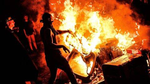 Hamburg, 2017. július 7.Hulladékból épített barikádot égetnek szélsőbaloldali tüntetők, akik a világ 19 legfejlettebb gazdaságú és vezető feltörekvő országát, valamint az Európai Uniót tömörítő húszas csoport, a G20 hamburgi csúcstalálkozója ellen tiltakoznak az észak-németországi városban 2017. július 6-án, az esemény kezdetének előestéjén. (MTI/EPA/Filip Singer)