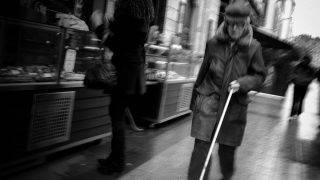 Une personne aveugle se promčne dans une rue piétonne, le 21 mars 2008 dans le centre de Lyon.   AFP PHOTO / JEAN-PHILIPPE KSIAZEK / AFP PHOTO / JEAN-PHILIPPE KSIAZEK