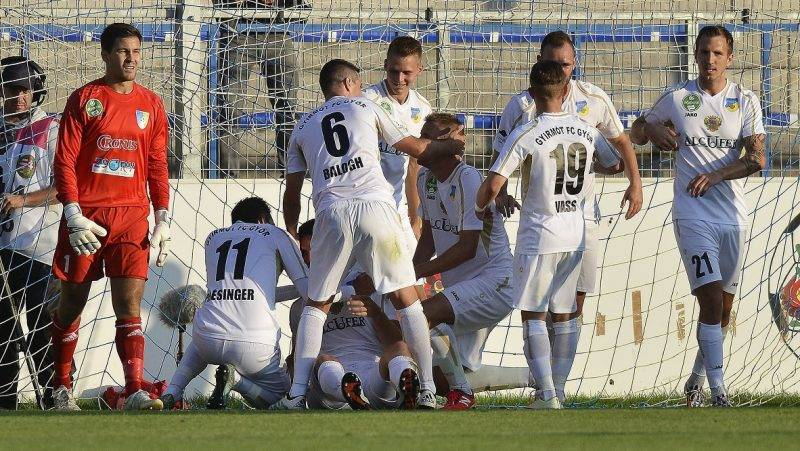 Mezõkövesd, 2016. július 16. A gyirmóti játékosok gólöröme, balról Dombó Dávid, a mezõkövesdi csapat kapusa a labdarúgó OTP Bank Liga 1. fordulójában játszott Mezõkövesd Zsóry FC - Gyirmót FC mérkõzésen Mezõkövesden 2016. július 16-án. A másodosztályból feljutott két csapat 2-2-es döntetlen játszott a nyitófordulóban. MTI Fotó: Czeglédi Zsolt