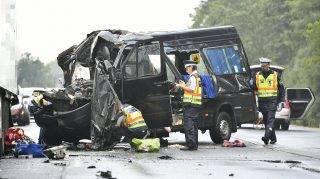 Biharkeresztes, 2017. július 25. Rendõrök helyszínelnek összetört kisbusznál Biharkeresztes közelében a 42. számú fõútvonalon, ahol a bolgár rendszámú kisbusz belerohant egy lengyel kamionba 2017. július 25-én. A balesetben a kisbusz utasai közül hárman a helyszínen meghaltak, hatan súlyosan, életveszélyesen megsérültek. MTI Fotó: Czeglédi Zsolt