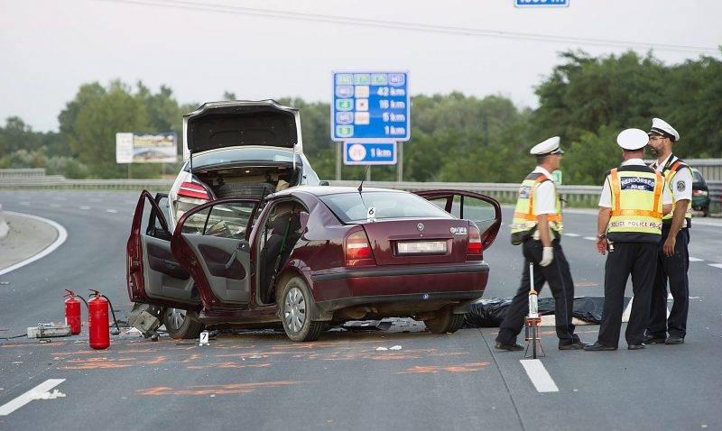 Budapest, 2017. július 29. Rendõrök helyszínelnek 2017. július 29-én egy összeroncsolódott személyautó mellett az M0-ás autóúton, Soroksár közelében, ahol egy férfi és két gyerek súlyosan megsérült, egy nõ pedig meghalt, miután autójukkal egy utánfutón szállított jármûbe csapódtak a körgyûrû 25-ös kilométerénél. Az érintett szakaszt több órára teljes szélességében lezárták. MTI Fotó: Lakatos Péter