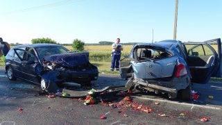 Deszk, 2017. július 30. Ütközésben összetört személygépkocsik a 43-as fõúton Deszk közelében 2017. július 30-án. A balesetben egy ember meghalt, hatan megsérültek. MTI Fotó: Donka Ferenc