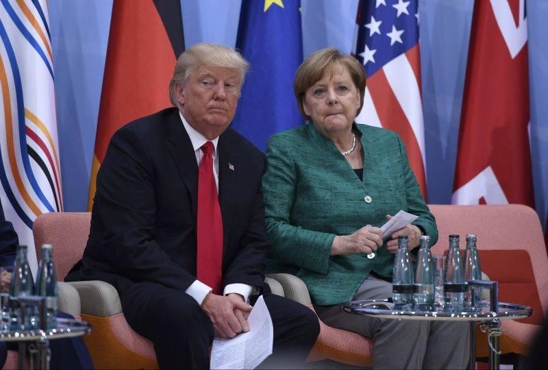 Hamburg, 2017. július 8. Donald Trump amerikai elnök és Angela Merkel német kancellár a nõknek a vállalkozásokban játszott szerepérõl rendezett pódiumbeszélgetésen, amelyet a világ 19 legfejlettebb gazdaságú és vezetõ feltörekvõ országát, valamint az Európai Uniót tömörítõ húszas csoport, a G20 hamburgi csúcstalálkozójának második napján tartanak 2017. július 8-án. (MTI/AP/AFP pool/Patrik Stollarz)
