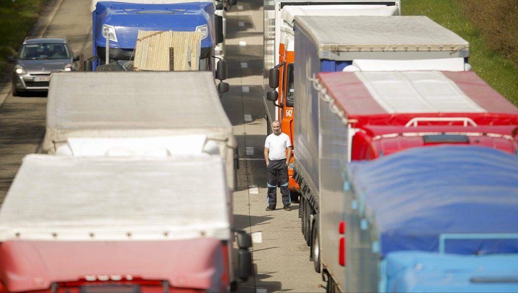 Spontin, 2016. április 4. Kamionok állják el a Luxemburgba vezetõ E411-es autópályát egy kamionsofõr-tüntetésen a dél-belgiumi Spontin közelében 2016. április 4-én. A nemzetközi fuvarozókból álló demonstrálók a belga kormány által a több mint 3,5 tonnás jármûvekre kiszabott útadója ellen tiltakoznak. Az új rendelet értelmében az ország közútjain közlekedõ belga és külföldi teherjármûveknek az útdíj bevallásához használt fedélzeti egységgel (OBU) kell rendelkezniük. (MTI/EPA/Olivier Hoslet)