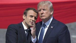 Párizs, 2017. július 14. Emmanuel Macron francia államfõ (b) és Donald Trump amerikai elnök beszélget az 1789-es francia forradalom kezdete és az elsõ világháborús amerikai hadbalépés 100. évfordulója alkalmából rendezett katonai parádén a párizsi Champs-Élysées sugárúton 2017. július 14-én. (MTI/EPA/Ian Langsdon)