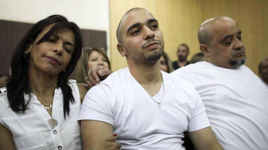 Tel-Aviv, 2017. július 30. Elor Azaria izraeli katona (k) szülei társaságában fellebbezési beadványának ítélethirdetésén a tel-avivi katonai bíróságon 2017. július 30-án. A katonai bíróság fellebbviteli tanácsa elutasította Azaria õrmester fellebbezését és helybenhagyták a február végi határozatot a katona másfél éves börtönbüntetésrõl. Azariát 18 hónap börtönre ítélték, mert agyonlõtt egy sebesült, harcképtelenné tett palesztin merénylõt. (MTI/EPA pool/Dan Balilty)