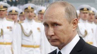 Szentpétervár, 2017. július 30. Vlagyimir Putyin orosz elnök az orosz haditengerészet napja alkalmából tartott szentpétervári díszszemlén 2017. július 30-án. (MTI/EPA/Makszim Sipenkov)