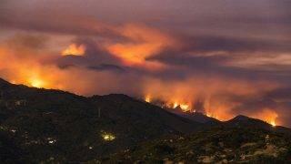 Santa Barbara, 2017. július 11.Erdőtűz pusztít a kaliforniai Santa Barbarában 2017. július 10-én. Kaliforniában negyedik napja pusztító tüzek már több mint tizenegyezer hektárt tettek tönkre, s több mint tízezer embert kellett kimenekíteni. (MTI/AP/Eliot Oppenheimer)