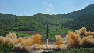 Pangjon gyakorlótér, 2017. július 4.A KCNA észak-koreai hírügynökség által közreadott képen kilőnek egy Hwasong-14 típusú interkontinentális ballisztikus rakétát Pangjon gyakorlótéren. 2017. július 4-én Észak-Korea kilőtt egy Hwasong-14-es rakétát a Japán-tenger irányába, és az feltehetőleg a Japán kizárólagos gazdasági övezetéhez tartozó területen csapódott a tengerbe. (MTI/EPA/KCNA)