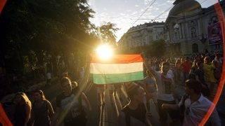 Budapest, 2016. június 22.Ünneplő szurkolók a franciaországi labdarúgó Európa-bajnokság F csoportja harmadik fordulójában játszott Magyarország - Portugália mérkőzés végén Budapesten, a Szent István körúton  2016. június 22-én. A találkozó 3-3-as döntetlennel ért véget.MTI Fotó: Balogh Zoltán