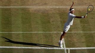 London, 2017. július 14.A svájci Roger Federer a cseh Tomas Berdych ellen játszik a wimbledoni teniszbajnokság férfi egyesének elődöntőjében Londonban 2017. július 14-én. (MTI/EPA/AP pool/Tim Ireland)