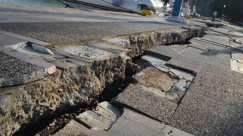 Kosz szigete, 2017. július 21.Megrepedt úttest egy kikötőben a görögországi Kosz szigetén 2017. július 21-én, miután a Richter-skála szerinti 6,7-es erősségű földrengés rázta meg Törökország égei-tengeri partvidékét és a közeli görög szigeteket. (MTI/EPA/Jannisz Kiarisz)
