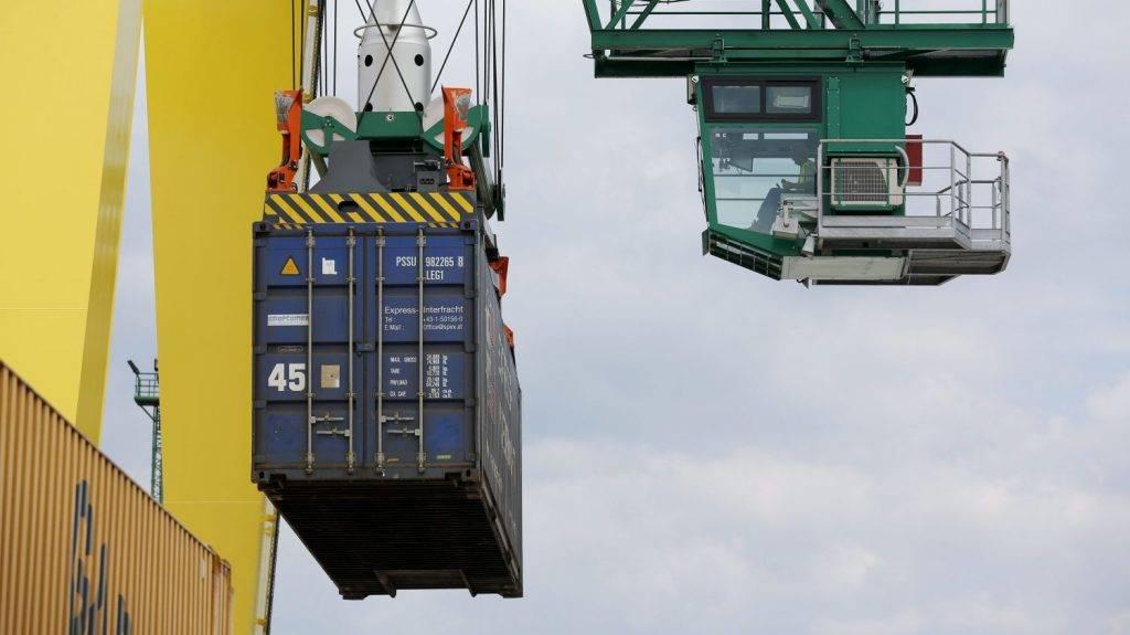 Sopron, 2015. június 17. Konténert emel egy daru konténerszállító vasúti kocsira a Gyõr-Sopron-Ebenfurt Vasúttársaság (GYSEV) soproni konténerrendezõ terminálján 2015. június 17-én. Huszonöt nyitott konténerszállító vasúti teherkocsival bõvítette jármûparkját a GYSEV Cargo Zrt., így már hatvan teherkocsi szállítja a konténereket Németországba és Törökországba. A 700 millió forintos fejlesztést saját forrásból finanszírozta a vállalat. MTI Fotó: Nyikos Péter