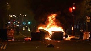 London, 2017. július 29. Lángoló barikád London belvárosában 2017. július 28-án éjjel, miután zavargásokba torkollott egy fiatal fekete férfi halála miatt szervezett tüntetés. A férfi egy üldözést követõen került összetûzésbe a rendõrökkel, eddig nem ismert okok miatt életét vesztette. (MTI/AP/PA/Lauren Hurley)