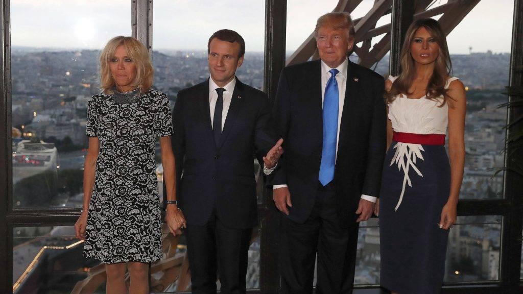 Párizs, 2017. július 14. Emmanuel Macron francia elnök (b2) és felesége, Brigitte Macron, valamint Donald Trump amerikai elnök (j2) és felesége, Melania Trump a párizsi Eiffel-toronyban található Jule Verne étteremben 2017. július 13-án. (MTI/EPA pool/Yves Herman)