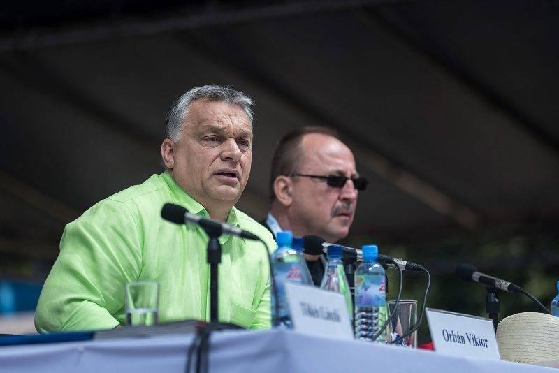 Tusnádfürdő, 2017. július 22.Orbán Viktor miniszterelnök (b) előadást tart a 28. Bálványosi Nyári Szabadegyetem és Diáktáborban (Tusványos) az erdélyi Tusnádfürdőn 2017. július 22-én. Mellette Németh Zsolt, az Országgyűlés külügyi bizottságának elnöke (j).MTI Fotó: Veres Nándor