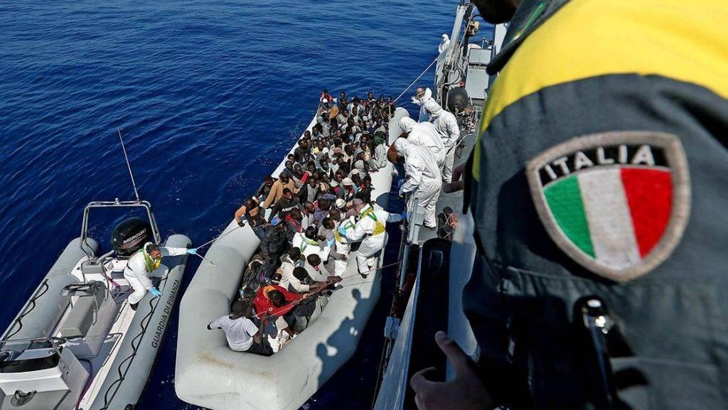 Földközi-tenger, 2015. április 23.Illegális bevándorlókkal teli mentőcsónak érkezik az olasz pénzügyőrség Denaro hajójához a Földközi-tengeren Olaszország partjainál 2015. április 22-én.  (MTI/EPA/Alessandro Di Meo)