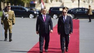 Budapest, 2017. július 3. Orbán Viktor miniszterelnök (elöl b) katonai tiszteltadás mellett fogadja Abdel-Fattáh esz-Szíszi egyiptomi elnököt (elöl j) az Országház elõtti Kossuth Lajos téren 2017. július 3-án. MTI Fotó: Balogh Zoltán