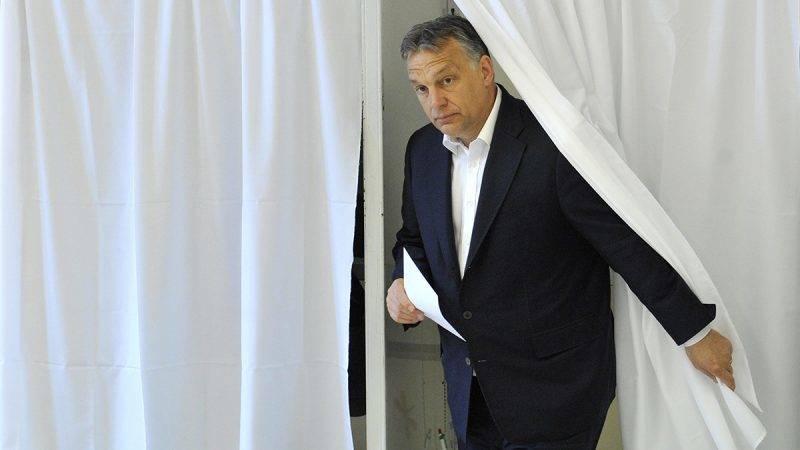 Budapest, 2015. május 17.Orbán Viktor miniszterelnök kilép a szavazófülkéből a Normafa helyreállításáról tartott helyi népszavazáson a XII. kerületi 53. szavazókörben, a Zugligeti úti Általános Iskolában, ahol feleségével, Lévai Anikóval leadták szavazatukat 2015. május 17-én.MTI Fotó: Kovács Tamás