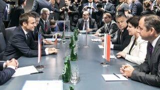 Brüsszel, 2017. június 23.A Miniszterelnöki Sajtóiroda által közreadott képen Orbán Viktor magyar (j3), Beata Szydlo lengyel (j2), Bohuslav Sobotka cseh (b) miniszterelnök, Emmanuel Macron francia államfő (b2) és Robert Fico szlovák kormányfő (b3) megbeszélése az Európai Unió állam- és kormányfőinek kétnapos csúcstalálkozója második napján Brüsszelben 2017. június 23-án.MTI Fotó: Miniszterelnöki Sajtóiroda / Szecsődi Balázs
