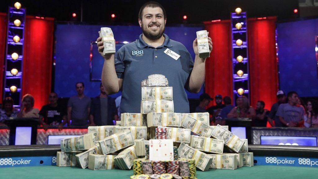Las Vegas, 2017. július 23. A New Jerseyben élõ Scott Blumstein, miután gyõzött a World Series of Poker pókerverseny döntõjében és 8,1 millió dollárt (kb. 2,122 milliárd forintot) nyert Las Vegasban 2017. július 23-án. (MTI/AP/John Locher)