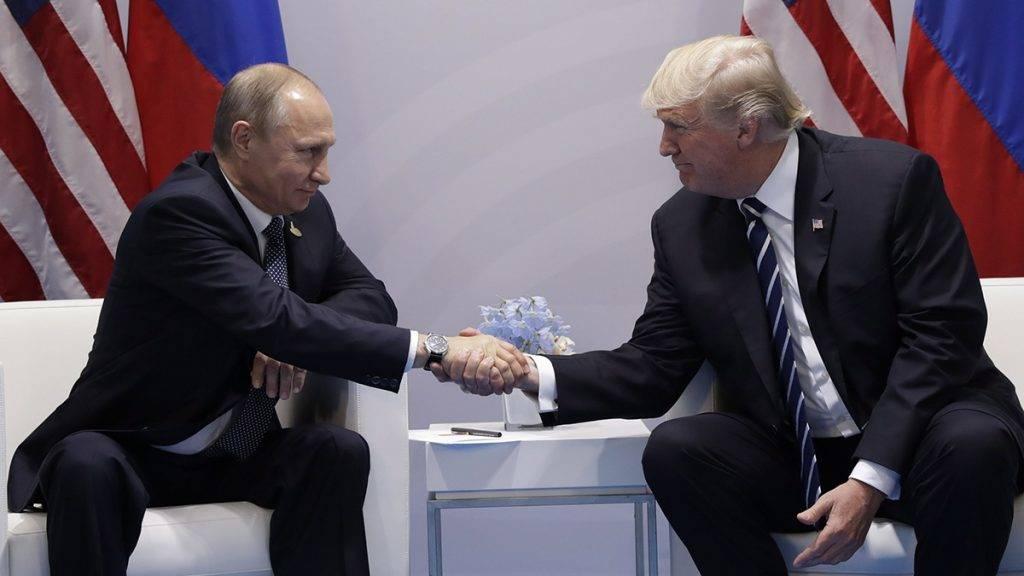 Hamburg, 2017. július 7.Donald Trump amerikai (j) és Vlagyimir Putyin orosz elnök kezet fog kétoldalú megbeszéléstük során a világ 19 legfejlettebb gazdaságú és vezető feltörekvő országát, valamint az Európai Uniót tömörítő húszas csoport, a G20 hamburgi csúcstalálkozójának első napi ülésén 2017. július 7-én. (MTI/AP/Evan Vucci)