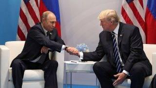 Hamburg, 2017. július 9.Vlagyimir Putyin orosz (b) és Donald Trump amerikai elnök kétoldalú megbeszélése a világ 19 legfejlettebb gazdaságú és vezető feltörekvő országát, valamint az Európai Uniót tömörítő húszas csoport, a G20 hamburgi csúcstalálkozójának első napján, 2017. július 7-én. (MTI/EPA/Szputnyik/Orosz elnöki sajtószolgálat pool/Mihail Klimentyev)
