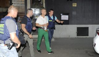Budapest, 2017. július 28. Rendõrök kísérik az elfogott S. Ábelt a XI. kerületben 2017. július 28-án. A férfi onnan ismert, hogy 2013 augusztusában lövöldözött a Móricz Zsigmond körtéren egy gyorsétteremben, tettéért akkor elítélték. MTI Fotó: Mihádák Zoltán