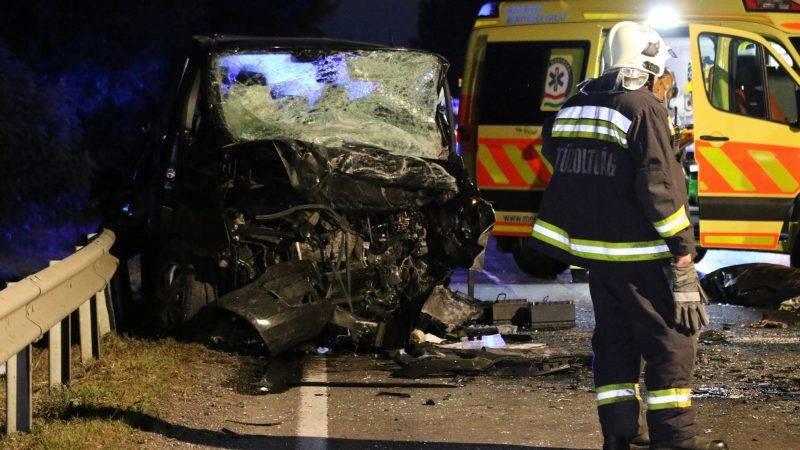 Szolnok, 2017. július 19. Összeroncsolódott mikrobusz a 4-es fõúton, Szolnok közelében 2017. július 19-én este. A jármû frontálisan összeütközött egy autóval, a balesetben ketten meghaltak. MTI Fotó: Mészáros János